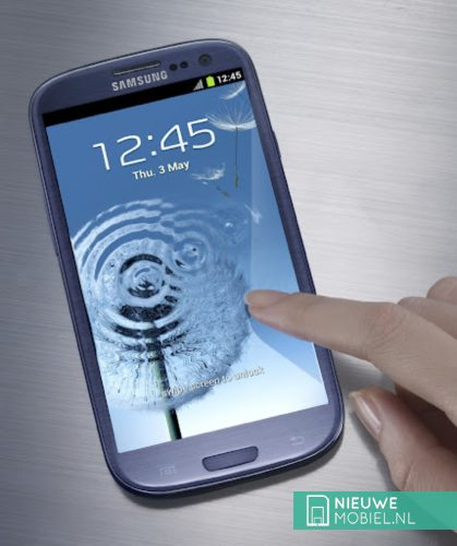 Samsung Galaxy S III Pebble Blue with hand