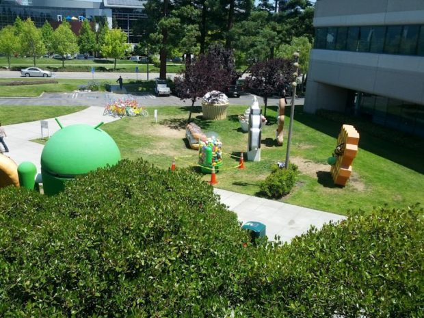 Android Jelly Bean mascotte on Google lawn
