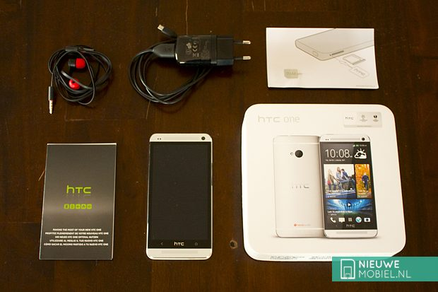 HTC One box contents