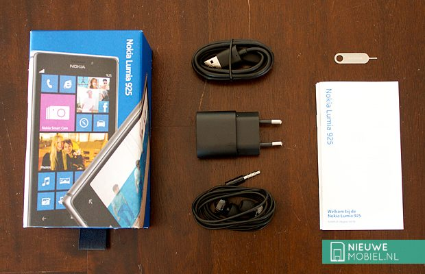 Nokia Lumia 925 box contents