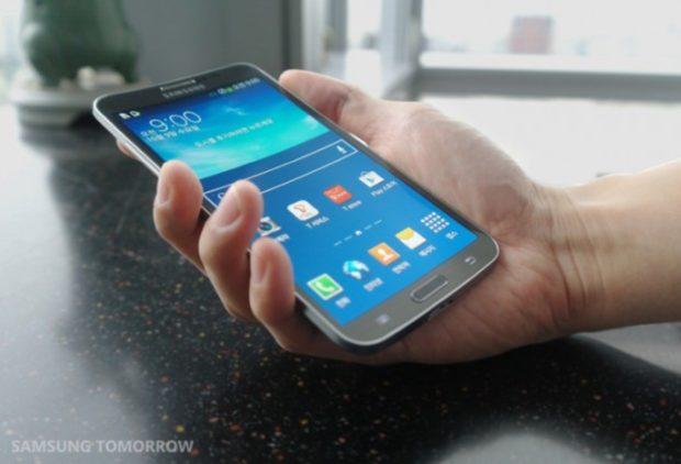 Samsung Galaxy Round in hand