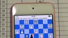 Schaakkampioen betrapt op gebruik iPhone-app