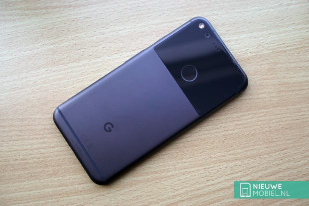 Google Pixel XL op hout