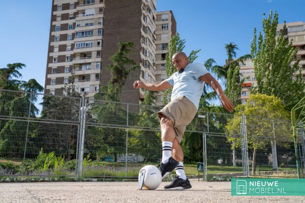 Roberto Carlos tests Nokia XR20