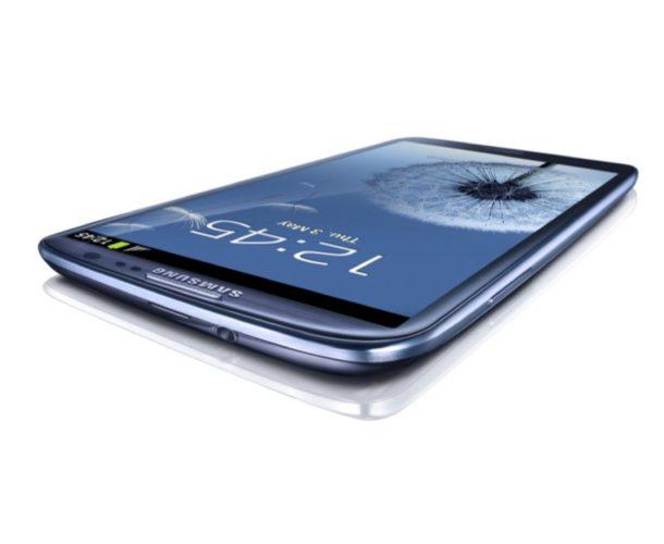 Samsung Galaxy S III blauw liggend schuin